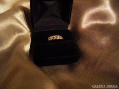 Női aranygyűrű apró gyémántokkal