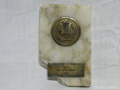 0843 Régi rézplakett kitüntetés márvány talapzaton