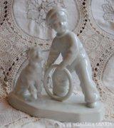 Zsolnay Sinkó szobor kutyával játszó kisfiú