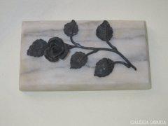 Márvány levélnehezék bronz rózsaszállal