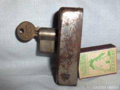 Régi, működőképes zár kulcsával