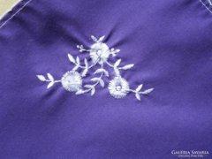 861. Díszzsebkendő - lila hímzett