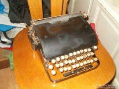Régi tolóbetűs írógép és Triumph számológép