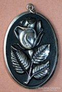 Rózsát ábrázoló ezüst ornament