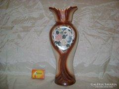 Kerámia váza domború rózsa díszítéssel