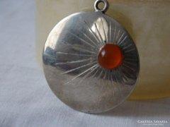 Borostyánnal díszített ezüstözött medál