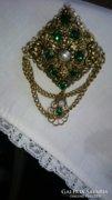 Gyönyörű bross, kitűző zöld színű díszítéssel