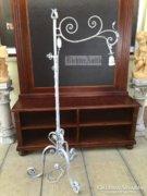 Provence bútor, fehér antikolt kovácsoltvas álló lámpa.