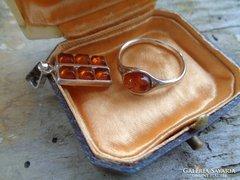 Ezüst kis gyűrű és medál borostyánnal.