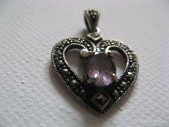 Csiszolt ametiszt köves szívmedál, jelzett ezüstben