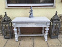 Provence bútor, fehér antikolt dohányzó asztal.