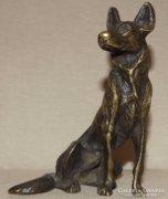 Németjuhász kutyát ábrázoló bronz szobor