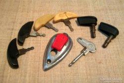 Régi motor slusszkúucsok és kulcslyuk takaró sapka egyben