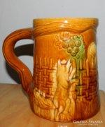 Dombormintás - mesejelenetes antik nagy sörös kerámia korsó