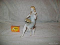 Régi Hollóházi lány, nő almával figura
