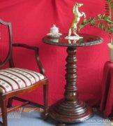 Nagyméretű antik posztamens asztal faragott díszítéssel