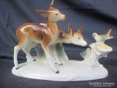Német porcelán életkép, Őzikék ismerkednek más állattal