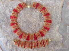 Arany és piros színű gyöngyékszer szett: karkötő, fülbevaló