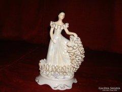 Porcelán csipkeruhás hölgy