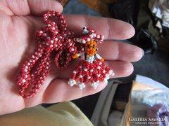 Kézzel készített gyöngysor baba medállal