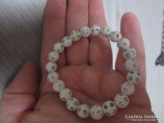 Kis csuklóra gumis fehér gyöngy karkötő