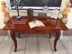 Antik bútor, felújított Biedermeier nagyméretű íróasztal.