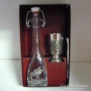 Artina szarvasos csatos üveg és ón pohár