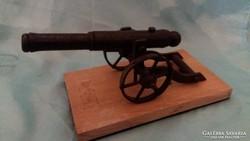 Hatalmas  katona ágyú fémből asztal/polc dísz