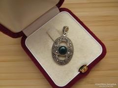 Markazit köves ezüst medál - zöld kővel