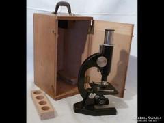 U992 Régi laboratóriumi mikroszkóp fa dobozában