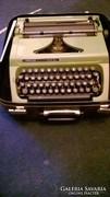 Hibátlan, karcmentes írógép táskában