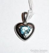 Ezüst szív alakú medál kék kővel