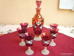 Rubin színű boros készlet különleges talpal.