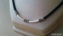 Ezüst díszítésű kaucsuk nyaklánc