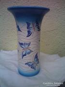 Várkonyi Maréza keramikus iparművész pillangós mázas váza