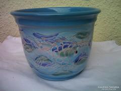Várkonyi Maréza keramikus iparművész halacskás mázas kaspó
