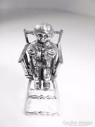 Ezüst, etetőszékben ülő kislány( Pecs-Bi19247)