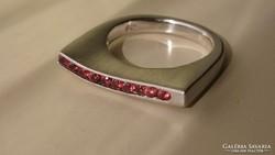 Designer ezüst gyűrű rubin színű kövekkel