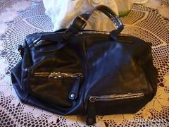 Nagy méretű fekete női táska ezüst díszítéssel