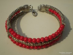 Piros kézműves karkötő