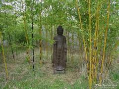 Hatalmas, álló bazalt Buddha. Japánkerti, keleti, kínai