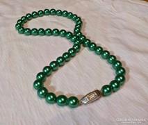 Zöld gyöngysor art deco díszkapoccsal