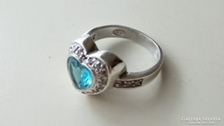 Ezüst gyűrű akvamarin színű díszítéssel.