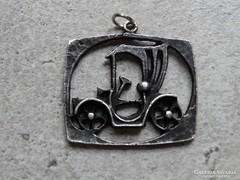 Iparművészeti autós medál, 3,5 x 2,5 cm, ezüstözött