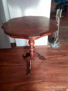 Antik jellegű kisasztal