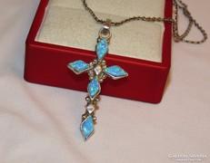 Gyönyörű, opálos díszítésű ezüst ékszer