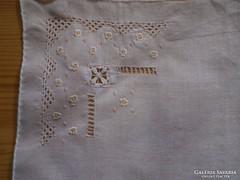 1207. Azsúrozott, hímzett díszzsebkendő