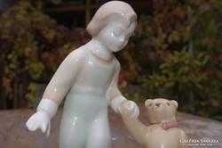 Kislány macival. Aquincum, figurális porcelán