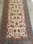 Nagyon szép gyapjú szőnyeg párban ágy mellé