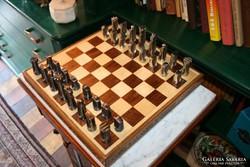 Egyedi stílusú bronz és acél sakk készlet